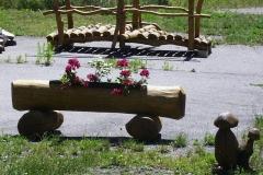 Bilder-Baumstamm-mit-Blumenkasten-I